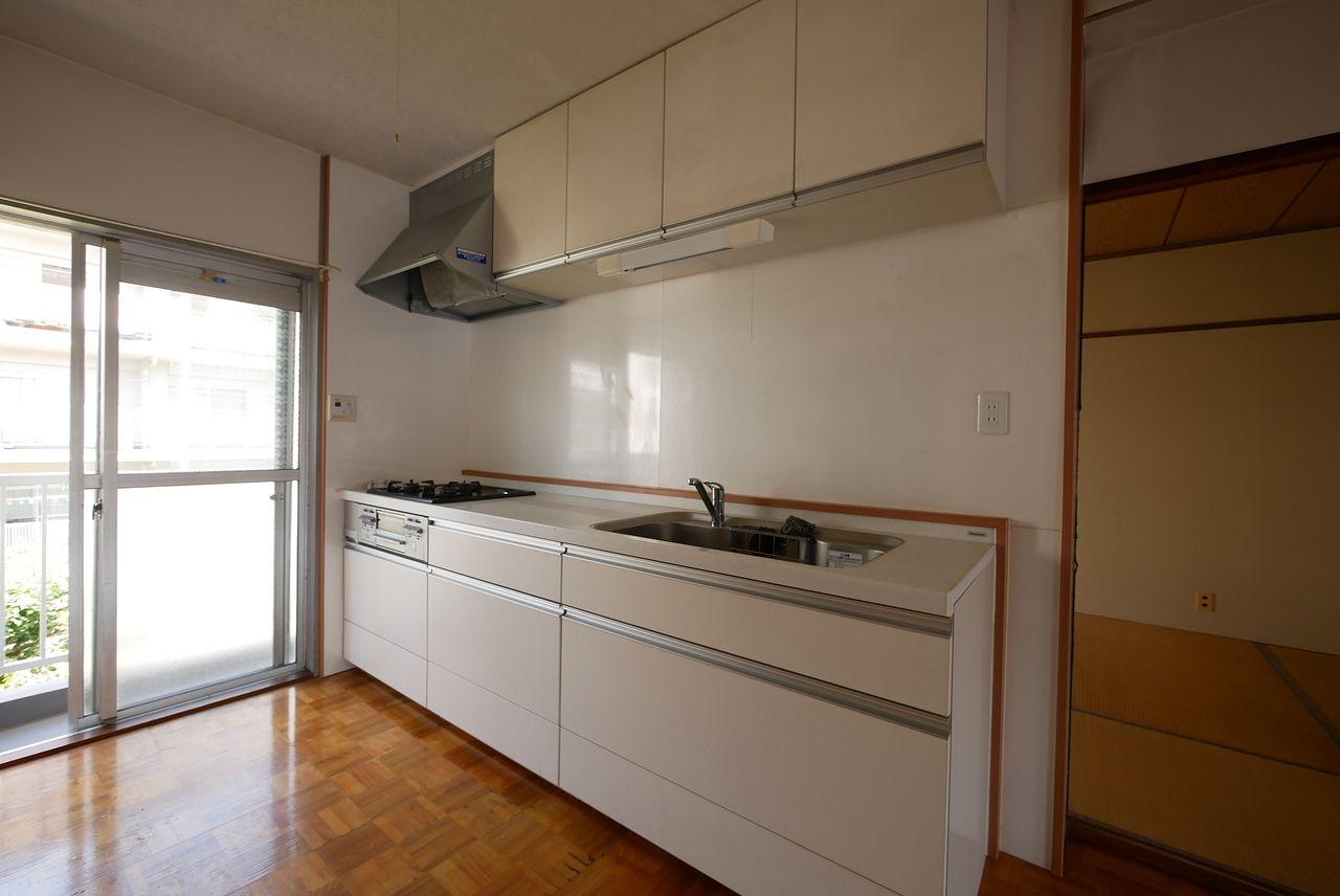 キッチン全体と窓が隣にあることをアピールする写真です。