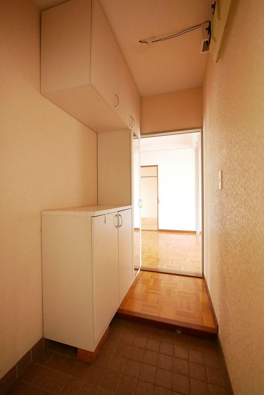 明るく感じられるよに撮影した玄関の写真です。
