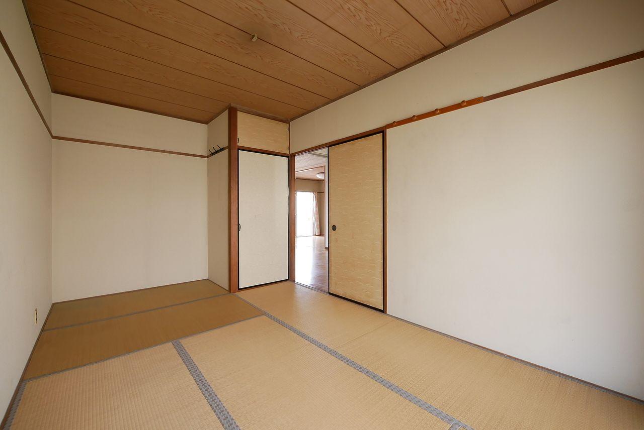 部屋の角に背中を付けて目線を1mまで下げて撮影した和室の写真です。