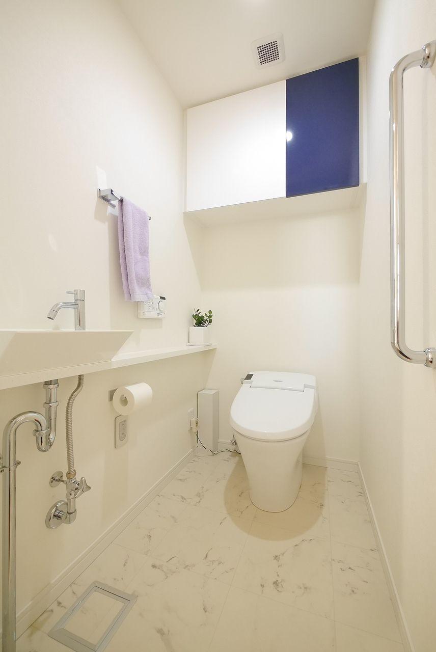トイレのタオル掛けに紫色タオルをワンポイントに撮影