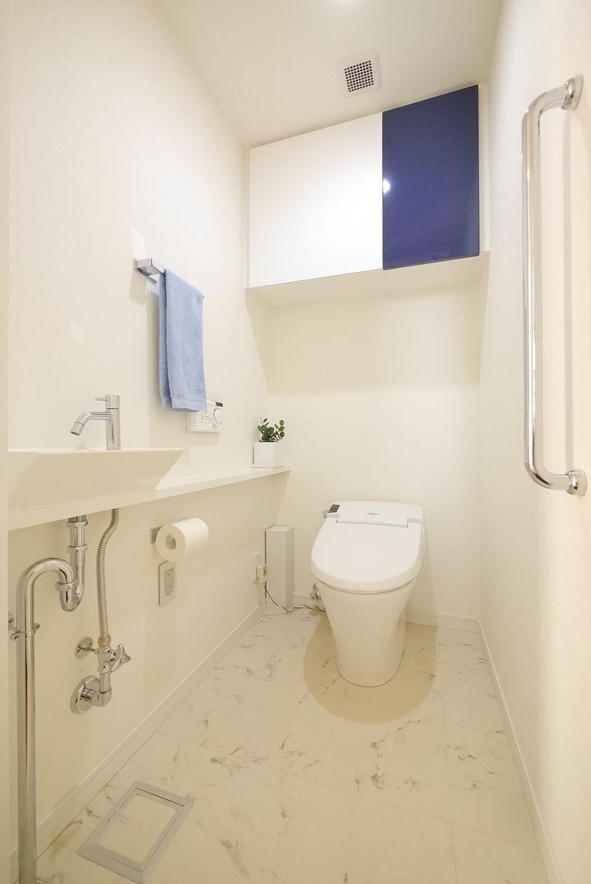 トイレのタオル掛けに青色タオルをワンポイントに撮影