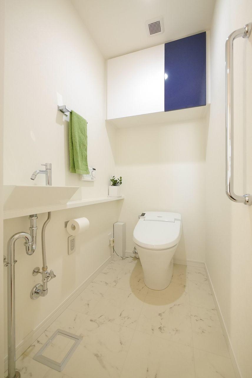 トイレのタオル掛けに緑色タオルをワンポイントに撮影