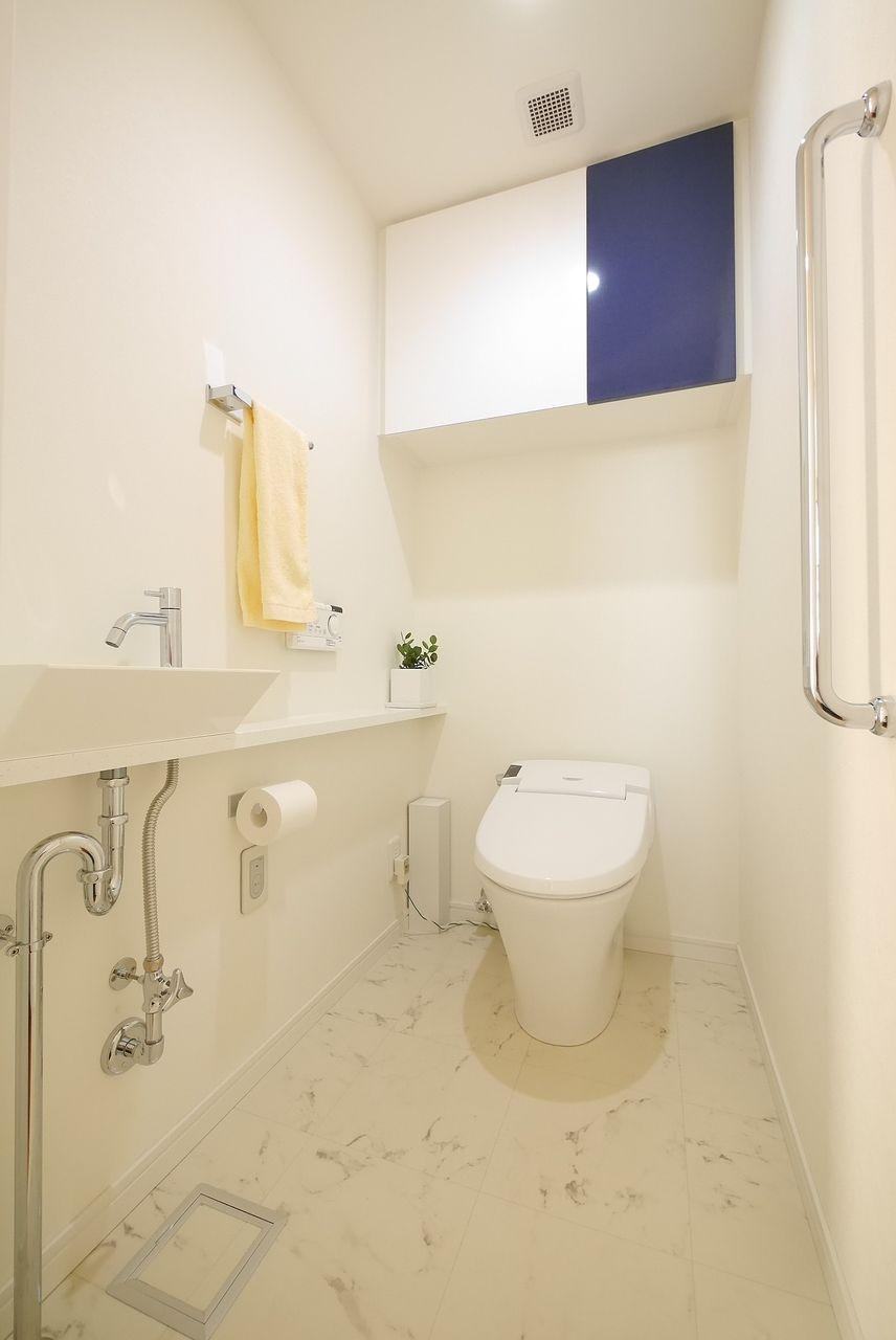 トイレのタオル掛けに黄色タオルをワンポイントに撮影