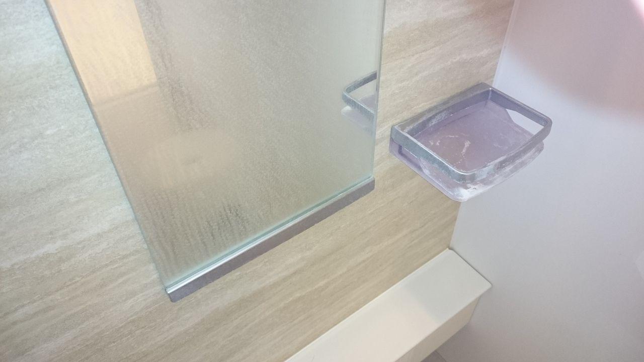 水垢が目立つ浴室