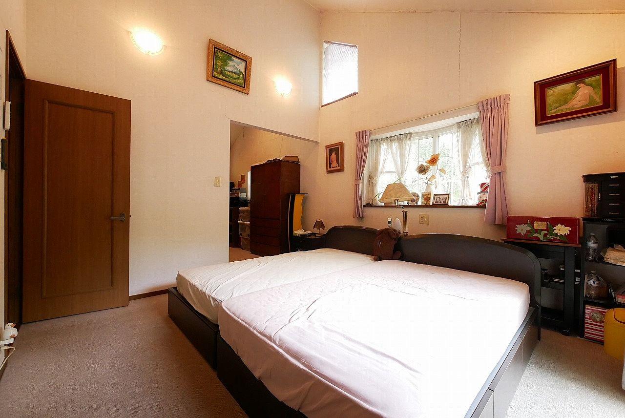 主寝室は勾配天井で書斎付き。全部で14帖の広さです!