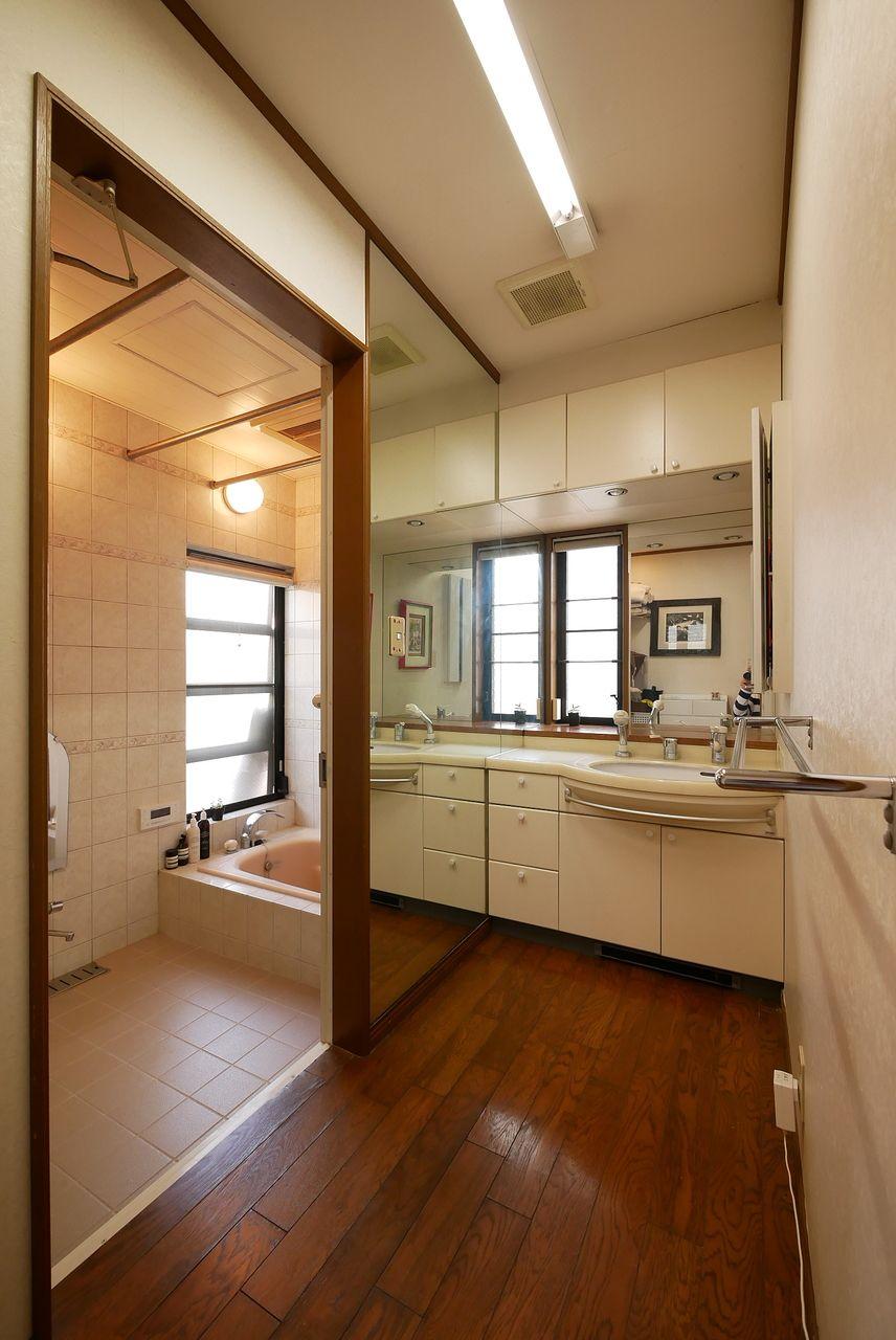 洗面化粧台の壁には大型鏡付きで身だしなみをチェックできます