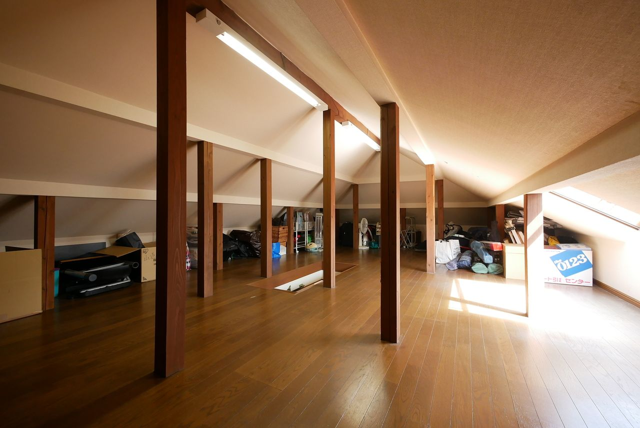 大きな窓からたくさんの光が注ぎ込む小屋裏収納