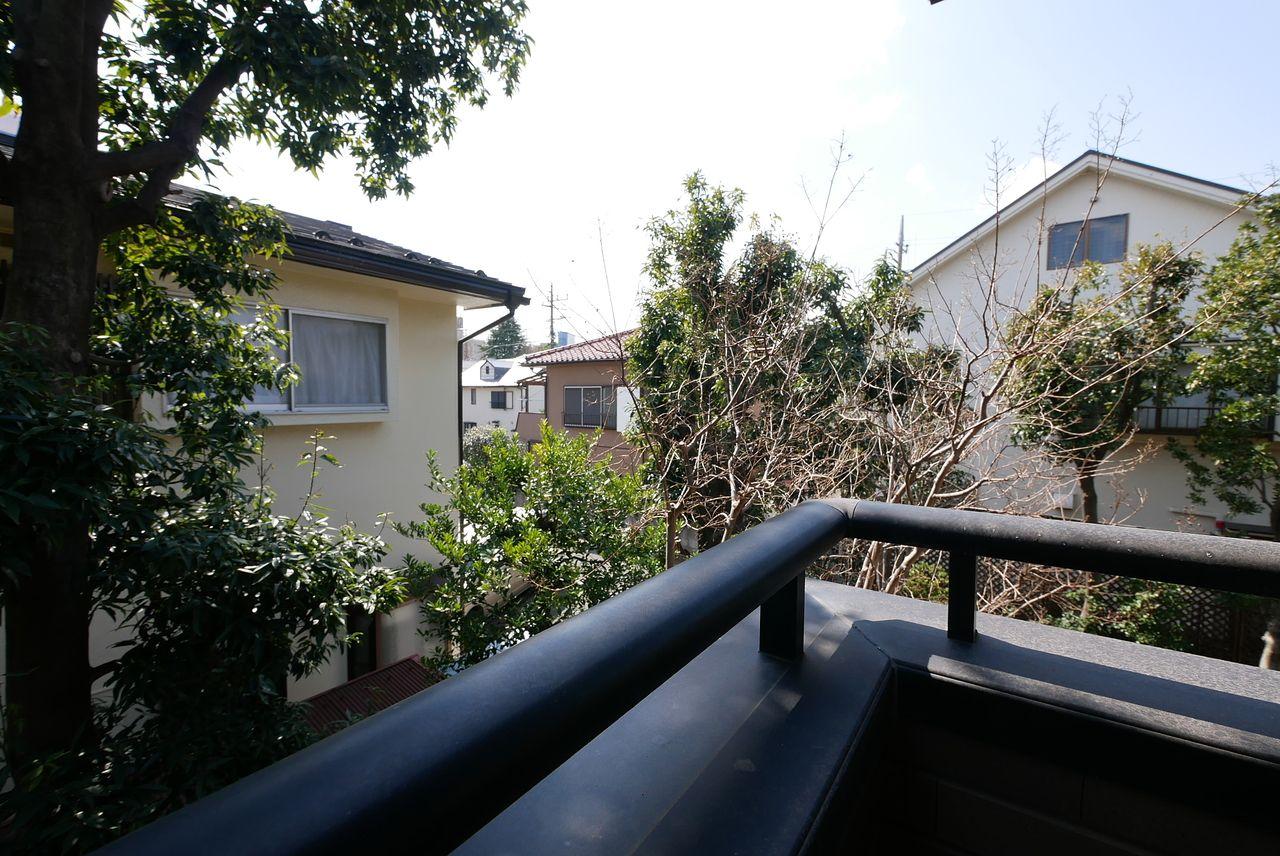 バルコニーからお庭方面を見た写真です