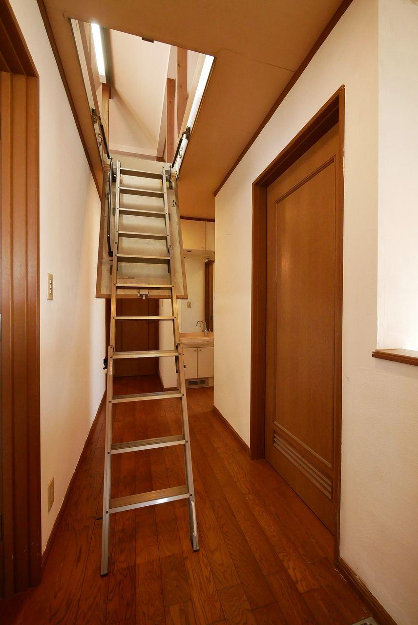 小屋裏収納(グルニエ)の階段
