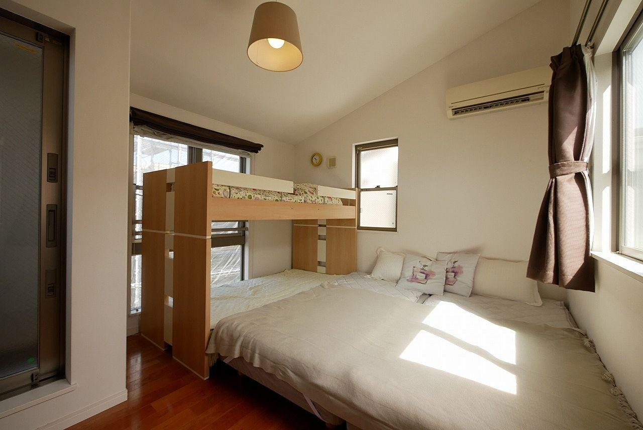 3階の主寝室は勾配天井でパティオからの光が注ぎ込みます♪