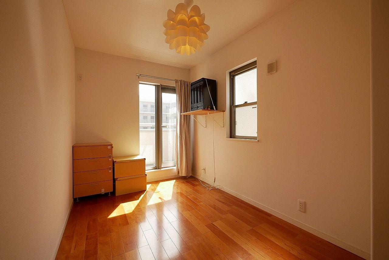 3階南西側の洋室 お隣の洋室との壁はフリーウォールなので撤去して10帖の洋室にできます!