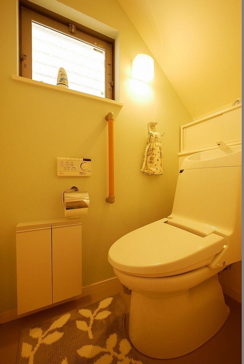 1階のトイレはウォシュレット付き!窓と収納もありますよ