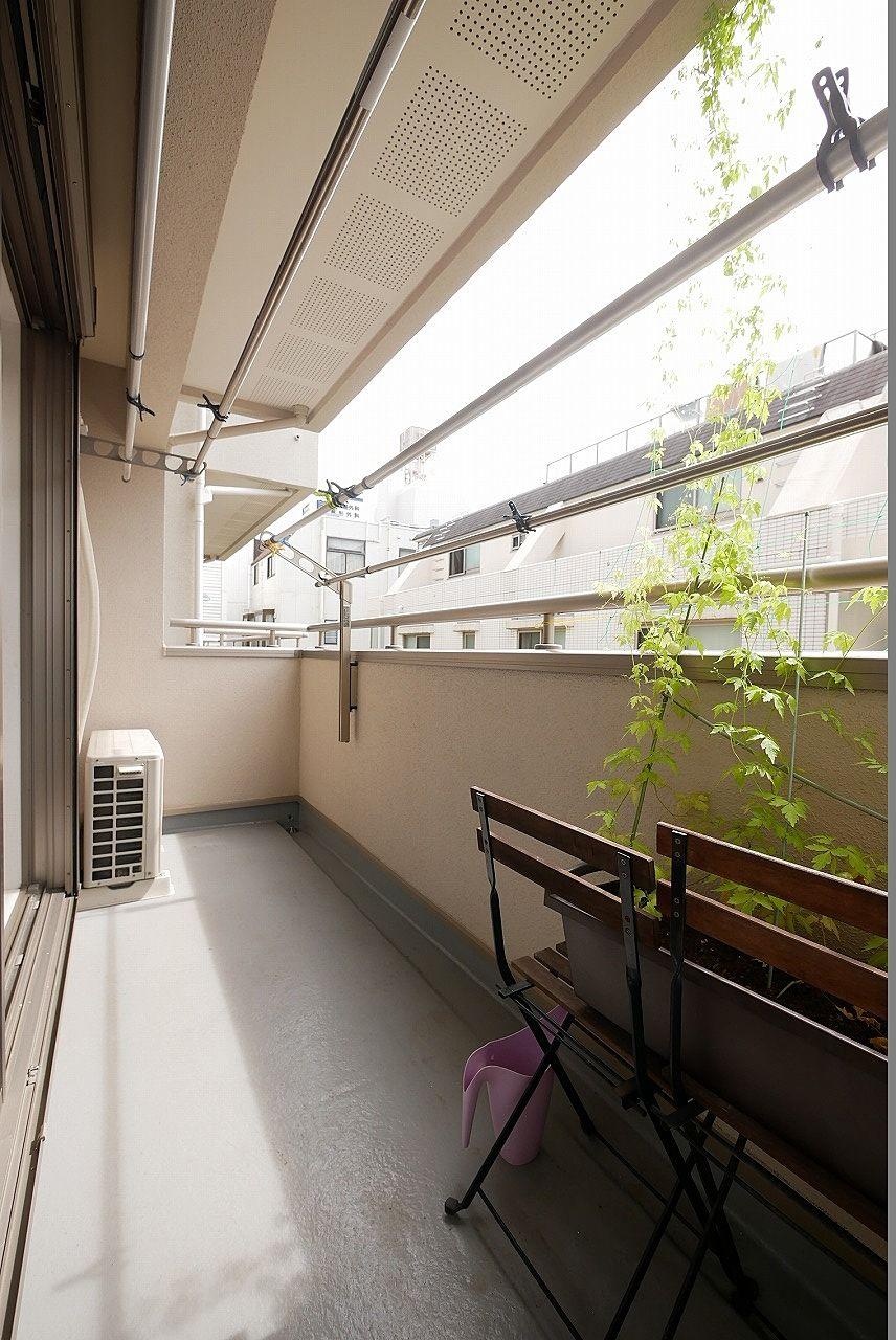2階バルコニー1 奥行きがあるため洗濯物を楽々干せます!