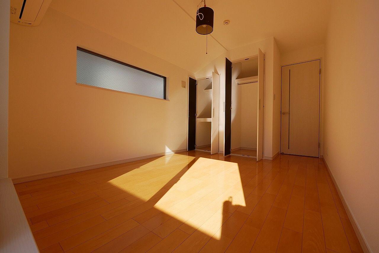 南側6帖の洋室2枚目。天井が少し斜めになっていますけど生活に支障はありません。