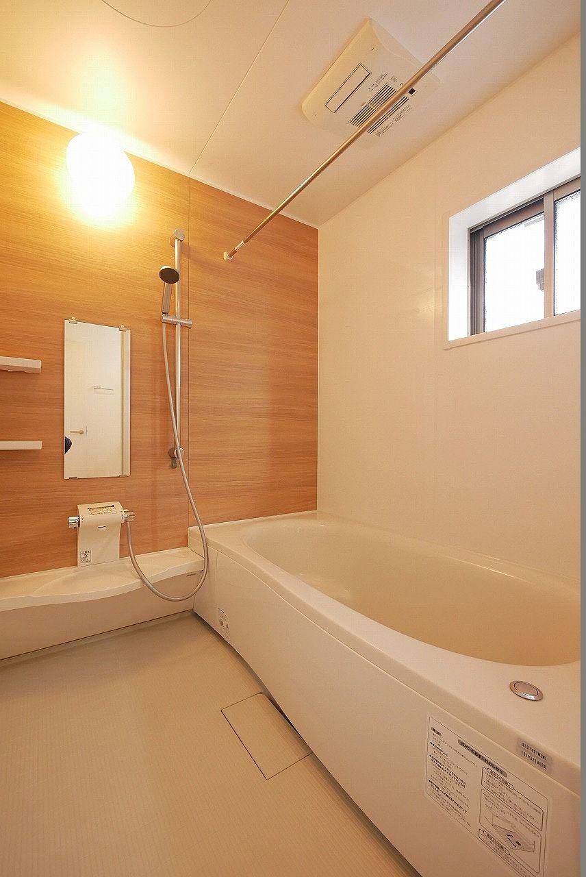 小窓があり明るい印象のお風呂です。一日の疲れをゆっくり癒してくださいね。