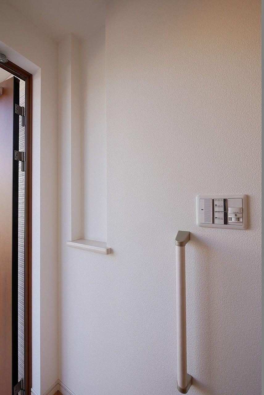 玄関 小物を置けるニッチと手すり付き