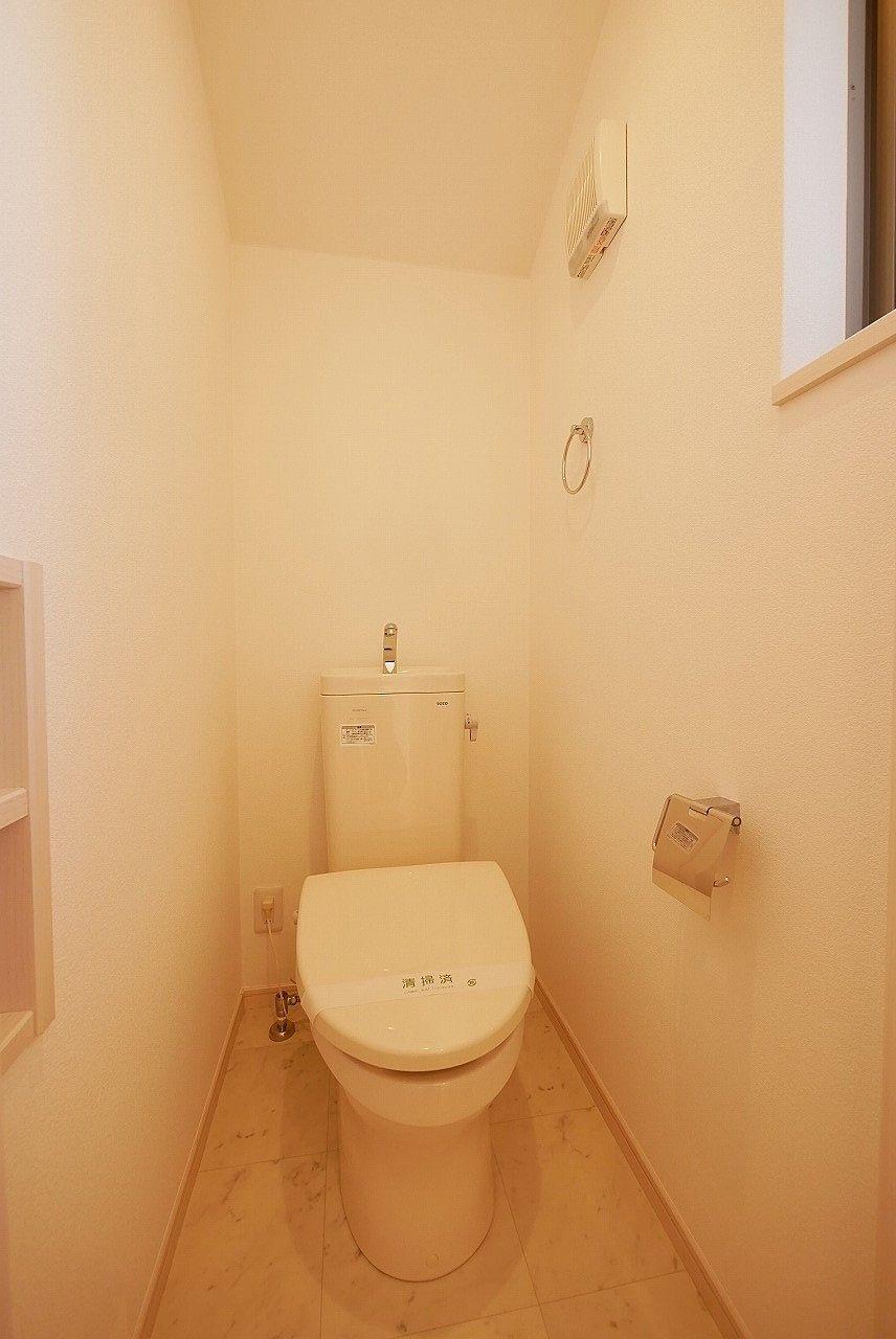 2階のトイレ 小窓はありますけどシャワートイレではありません。