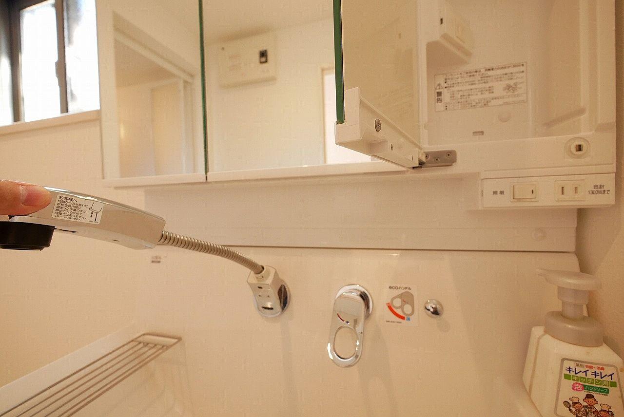 洗面化粧台はハンドシャワー付き
