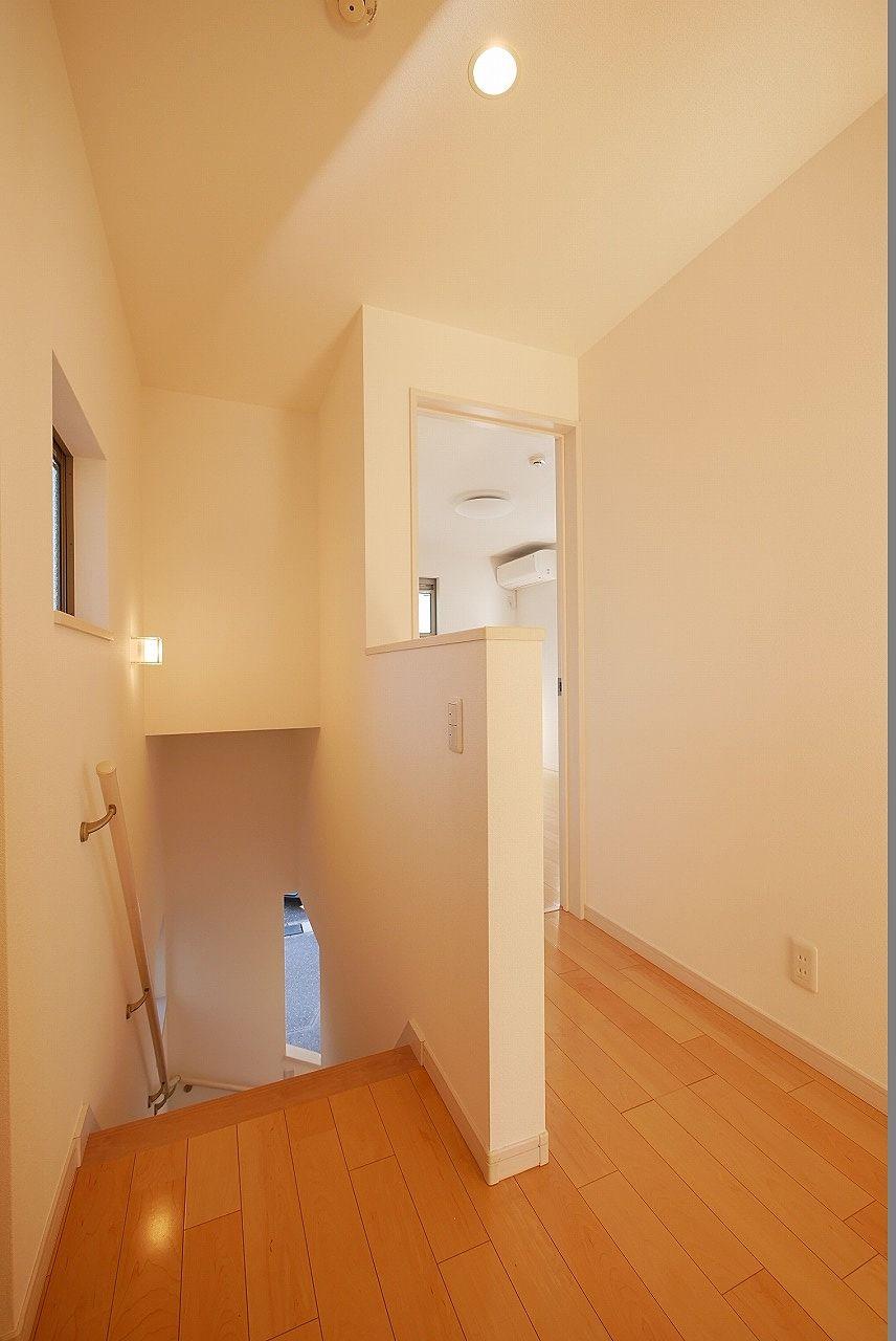 2階の廊下です。階段に小窓があり開放的なのがポイント高いと思います。