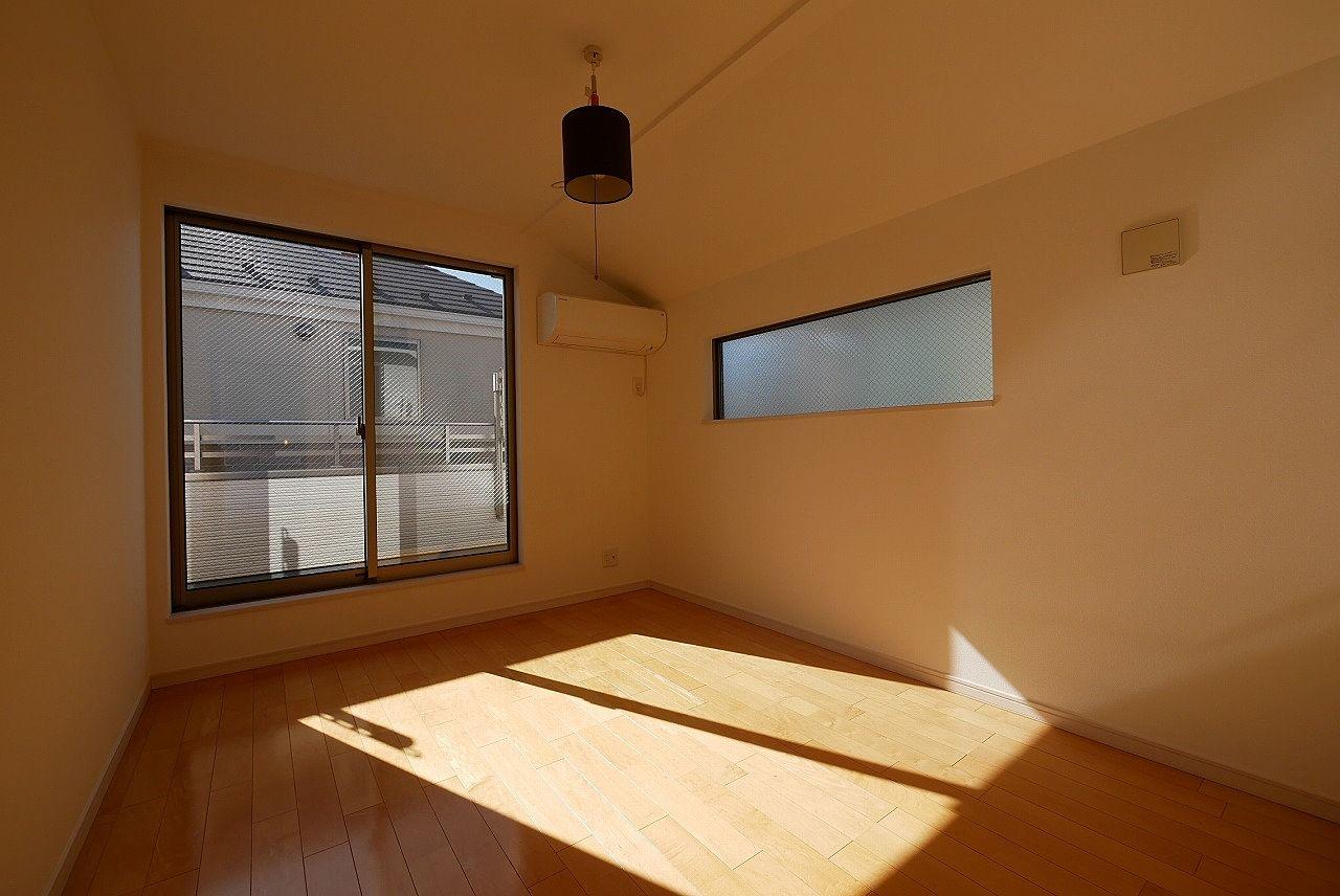 南側6帖の洋室です。光がたっぷり注ぎ込んでいますね!
