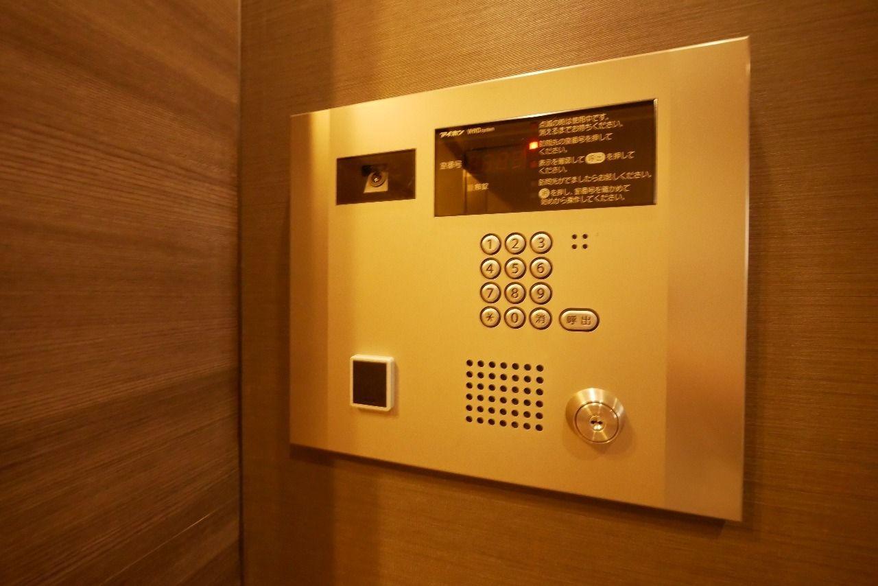 エントランス・エレベーターホール・各住戸玄関の三重セキュリティラインで防犯