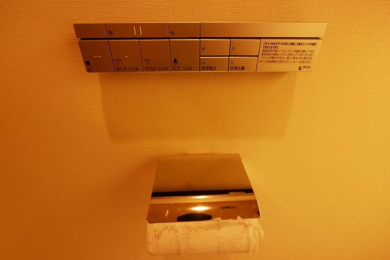 トイレ空間のインテリアとしてデザイン性が高いリモコンを設置