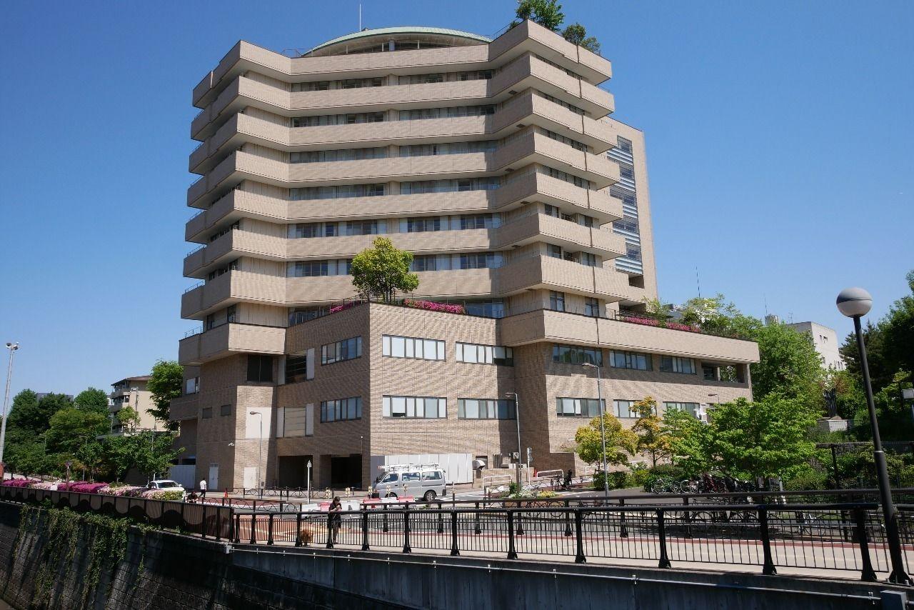 中目黒川から撮影した東京共済病院の外観写真