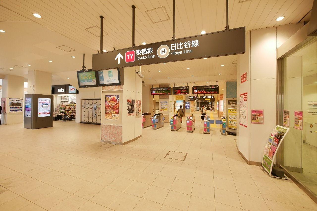 明るく開放的な中目黒駅の改札口